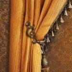 Комната с коричневыми обоями