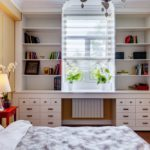 Лампа на столике у кровати