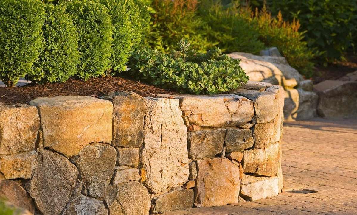 Стенка из натурального камня