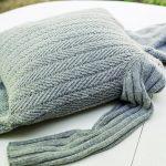Надеваем свитер на подушку