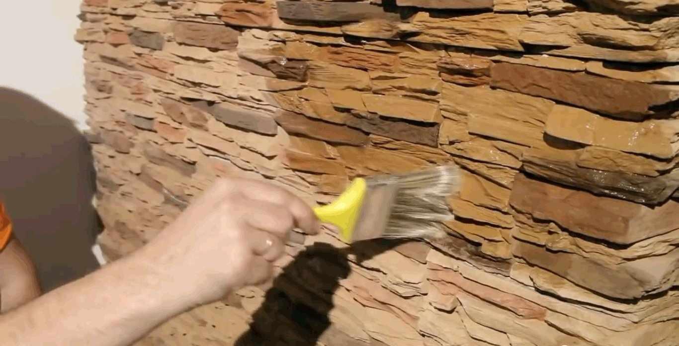Нанесение лака на плитку под камень