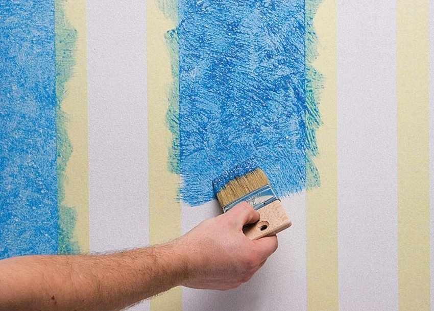 Покраска обоев кисточкой
