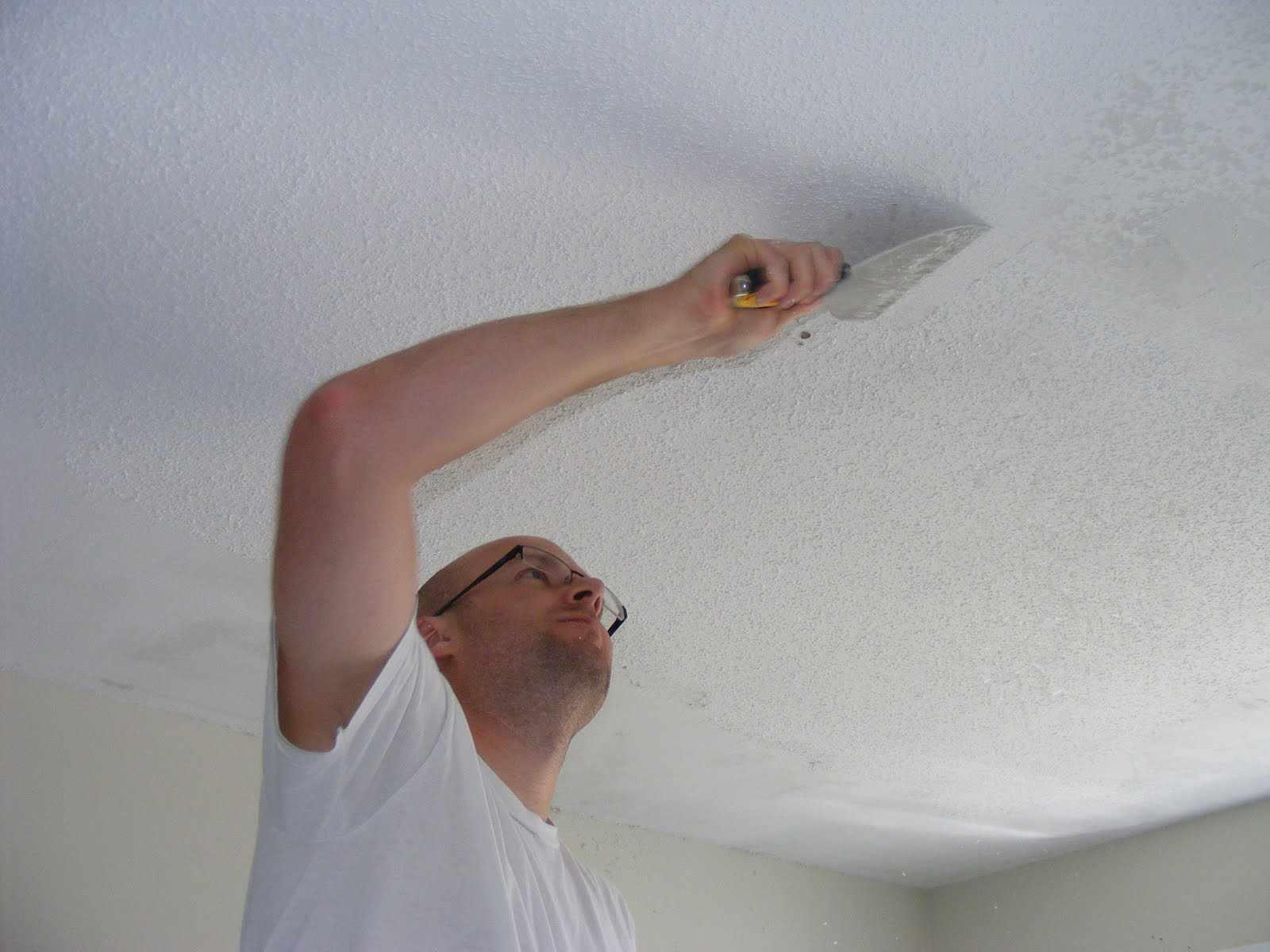 Удаление старой побелки с потолка