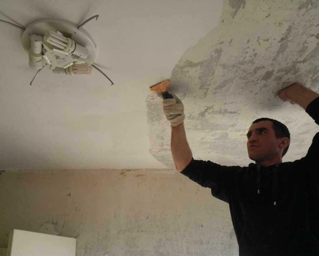 Удаление старой водоэмульсионной краски с потолка