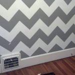 Черно-белый зиг-заг на стене