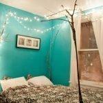 Яркие стены в спальне