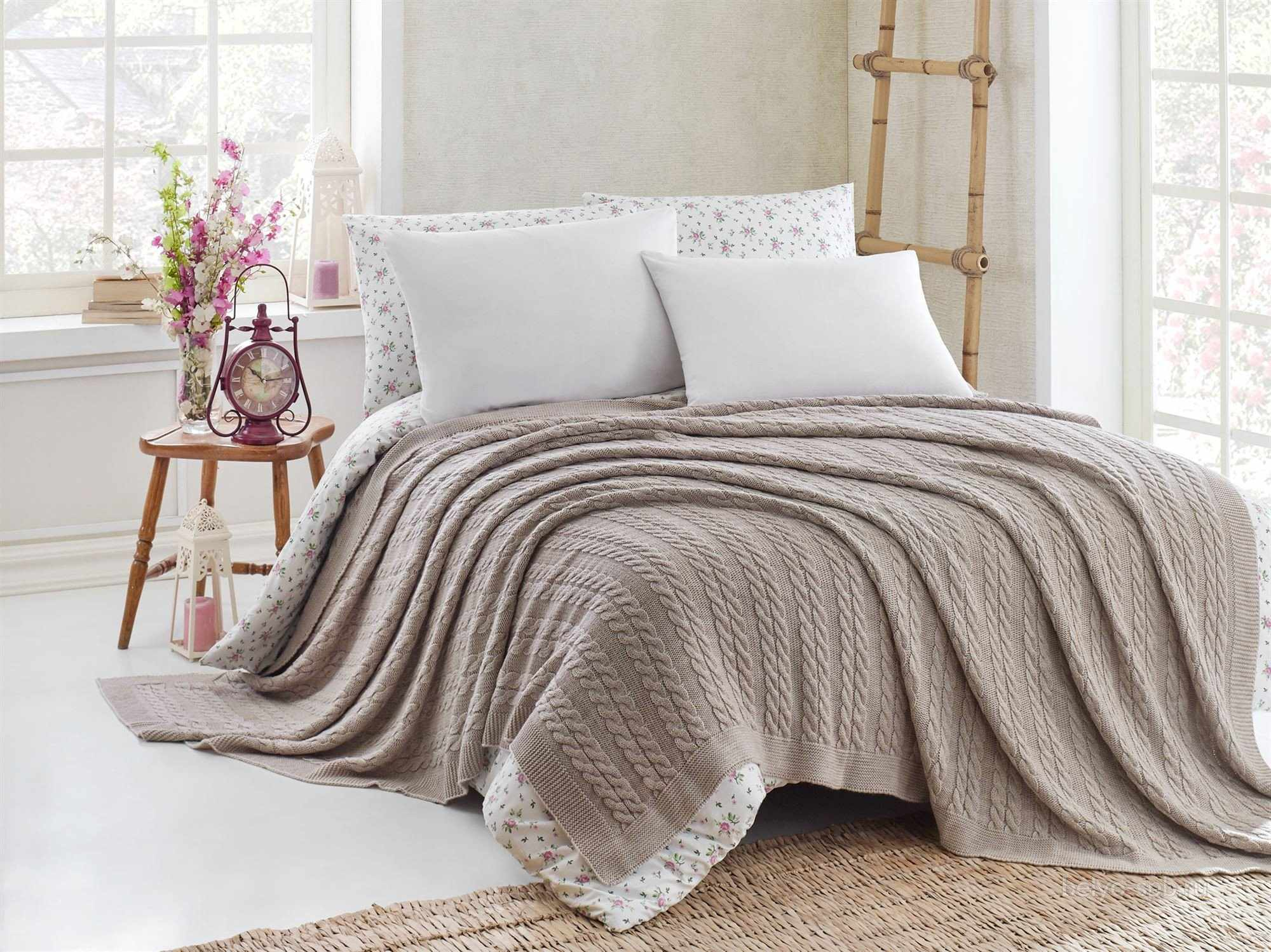 Вязанное спицами покрывало на кровать