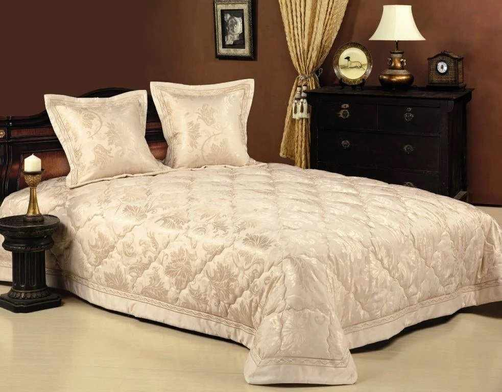 Бежевое покрывало на кровати