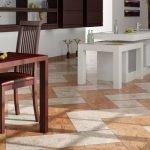 Светло-коричневый пол на кухне