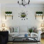 Полка с цветами в гостиной