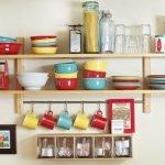 Яркая посуда на полках