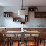 Полки в интерьере кухни