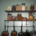 Металлические полки на кухне