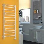 Оранжевая стена в ванной