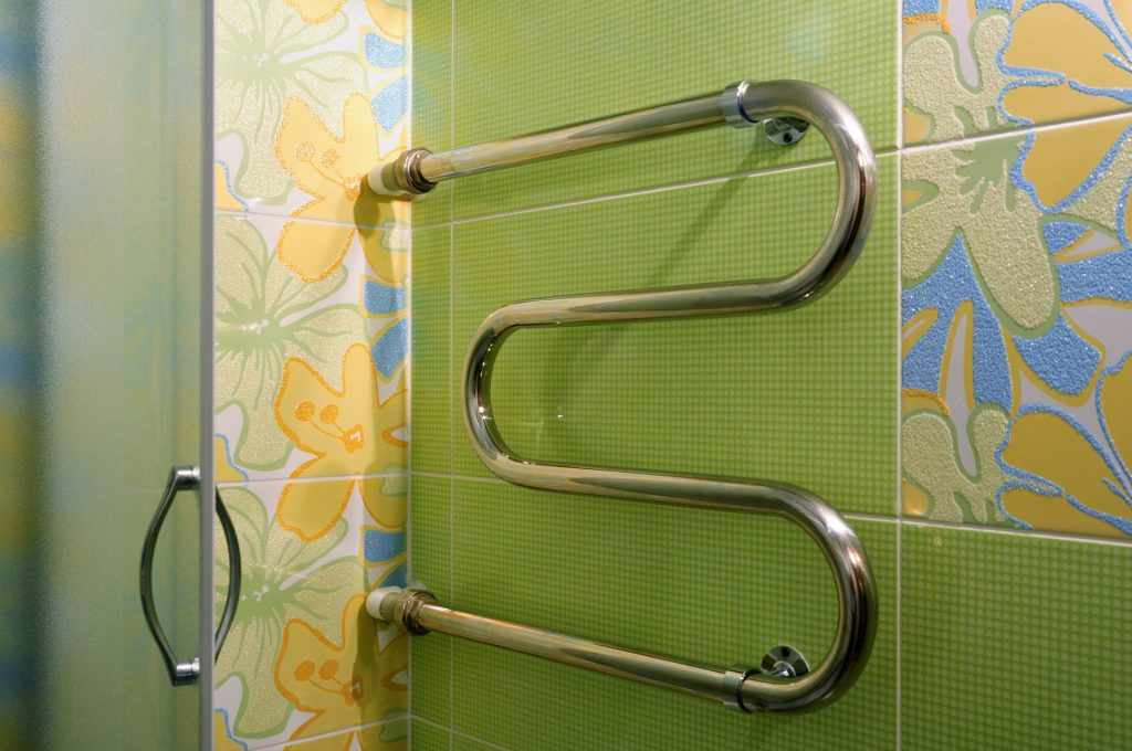 Зеленая плитка в ванной