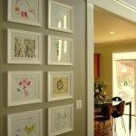 Картинки на стене у двери