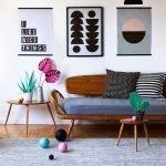 Цветы на столике у дивана