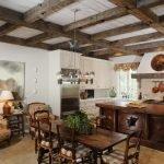 Деревянные балки на потолке