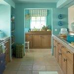 Бирюзовый потолок на кухне