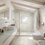 Потолок из балок в ванную