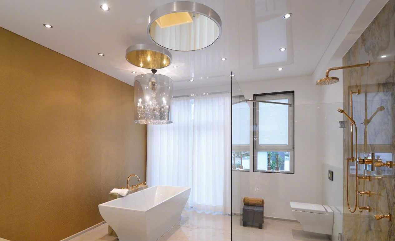Потолок с зеркалами в ванной комнате