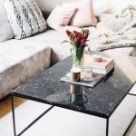 Черный стол в гостиной