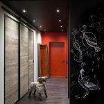 Красная дверь в интерьере
