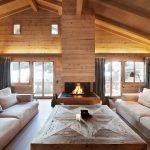 Столик между диванами