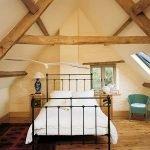 Небольшая кровать в спальне
