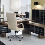 Светлое кресло в кабинете