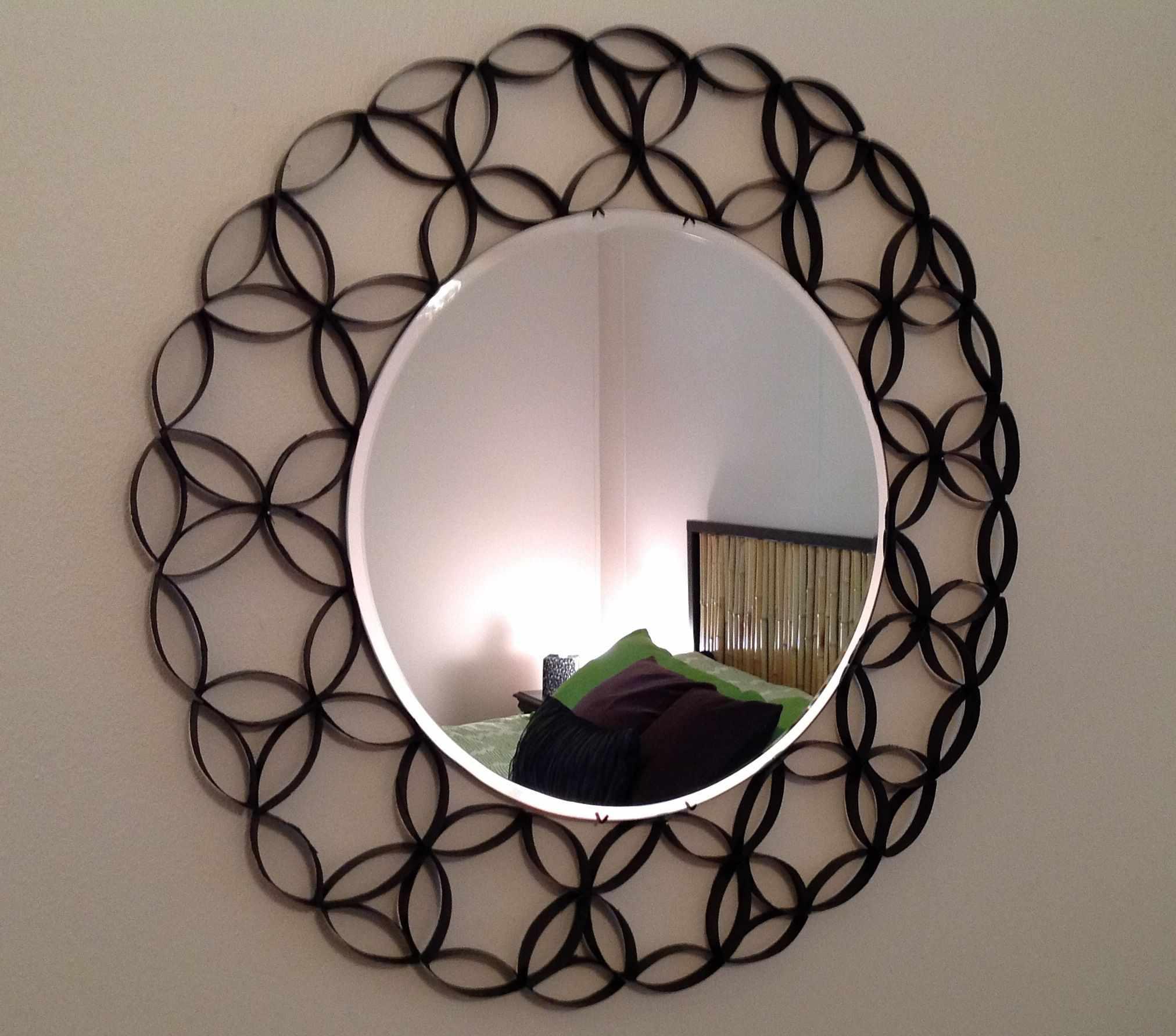 Рама для зеркала в интерьере спальни