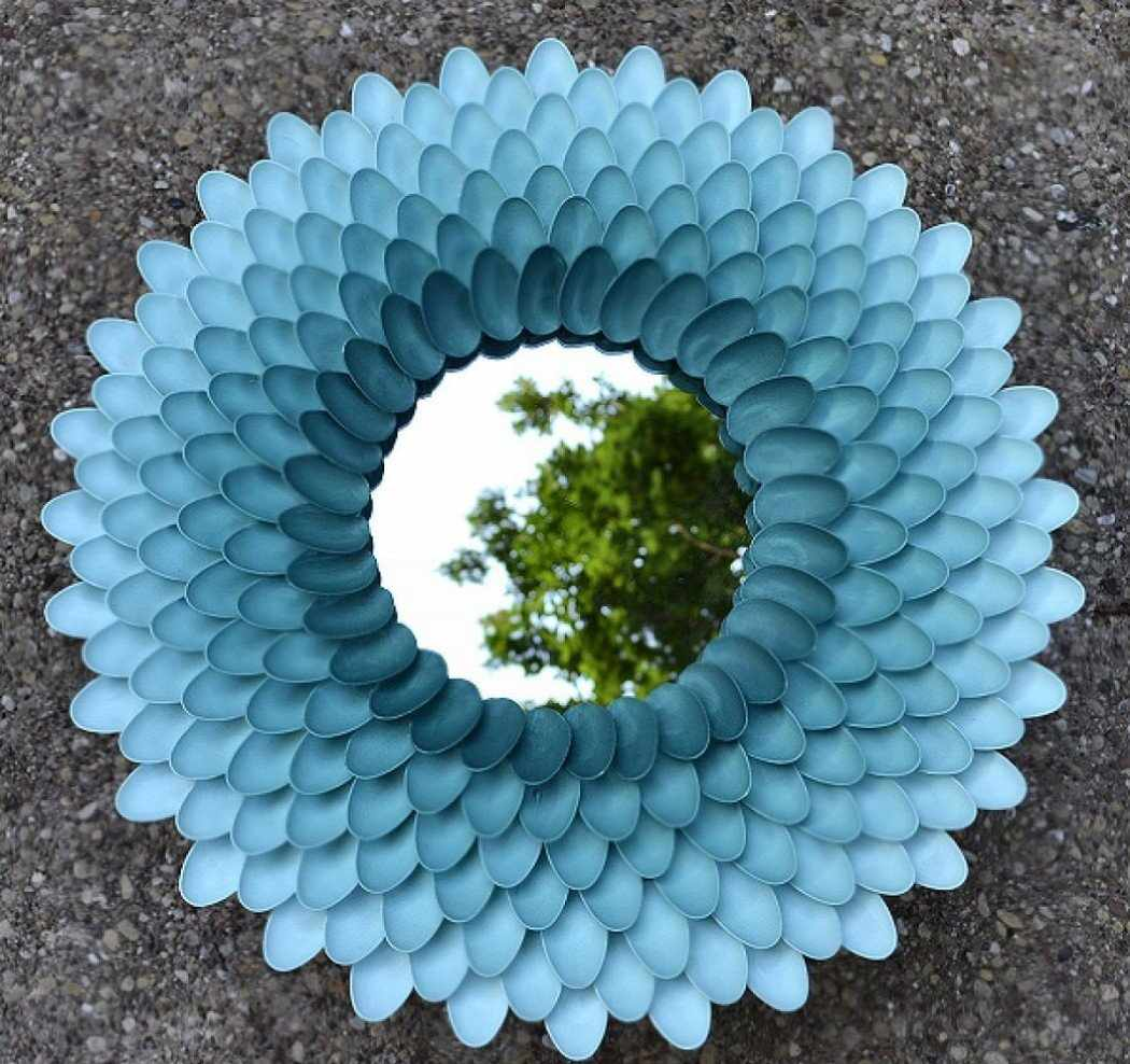 Рама для зеркала из пластиковых ложек