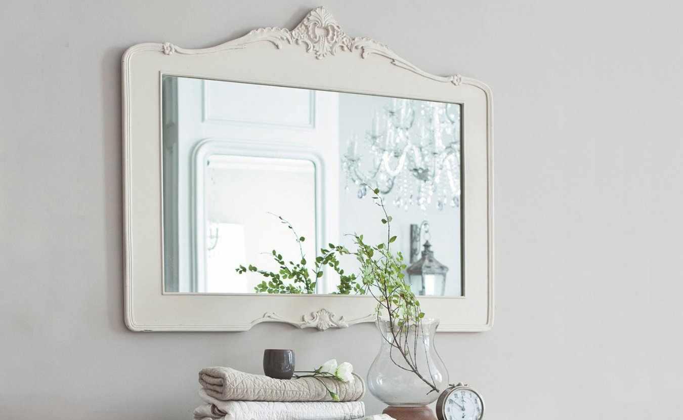 Белая рама из дерева для зеркала