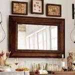 Коричневое зеркало в классическом стиле
