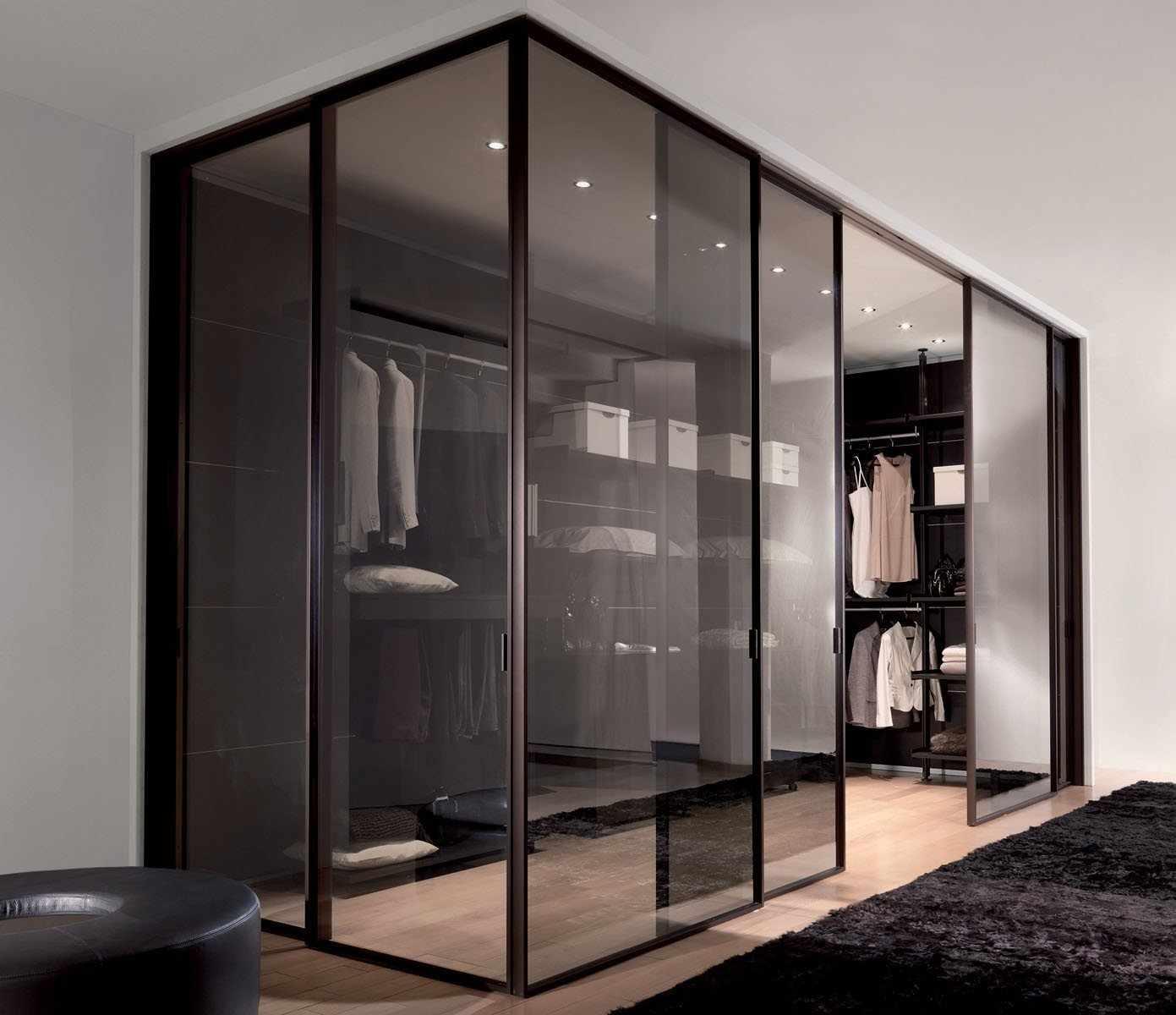 Гардеробная со стеклянными дверями