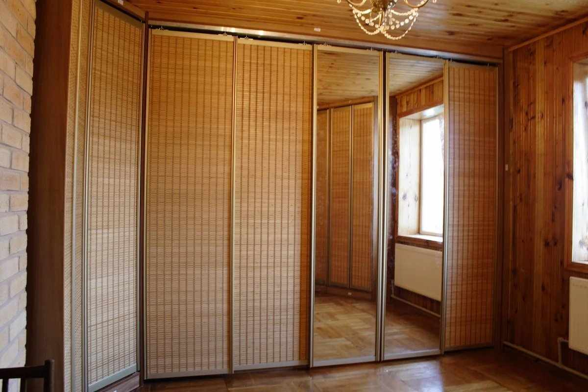 Гардеробная с дверями из бамбука