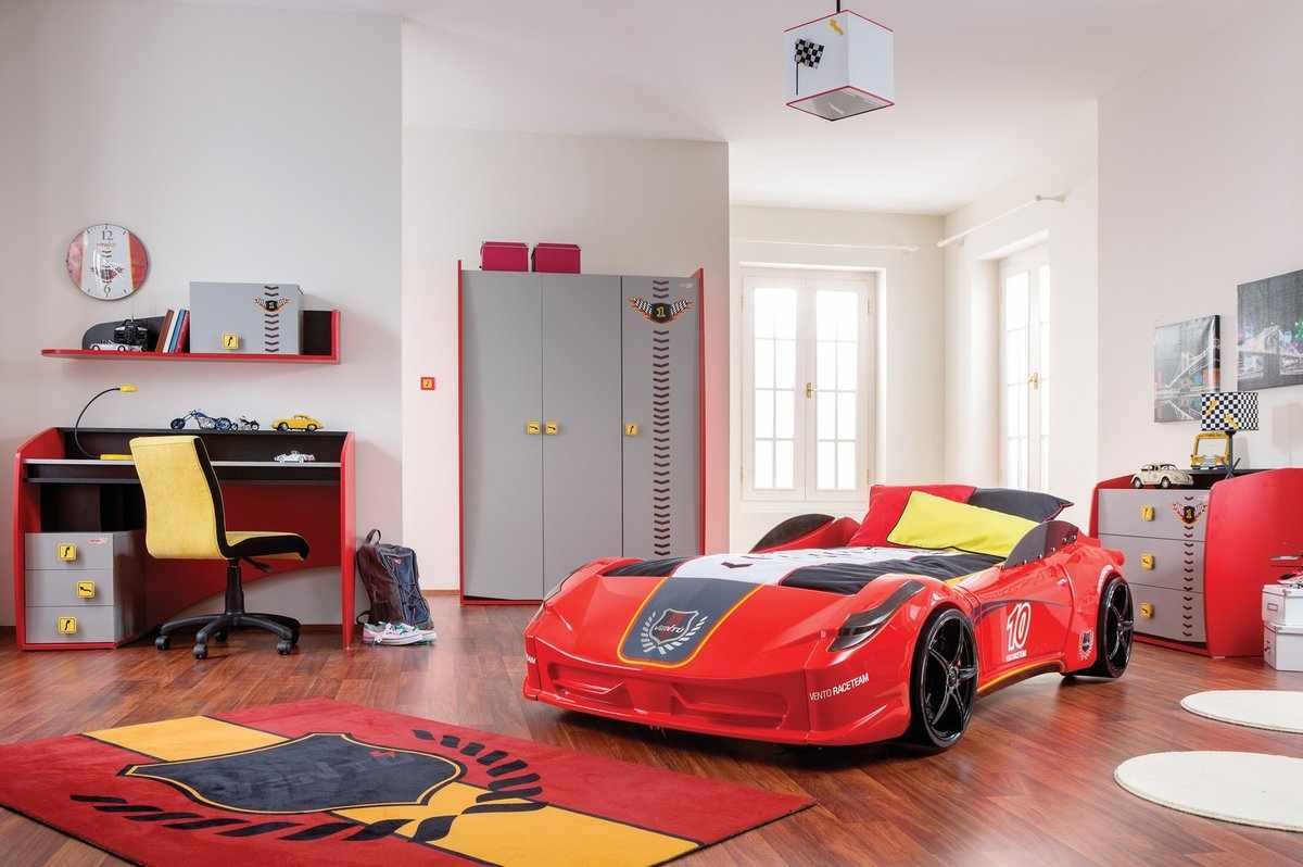 Нестандартная детская кровать в форме автомобиля