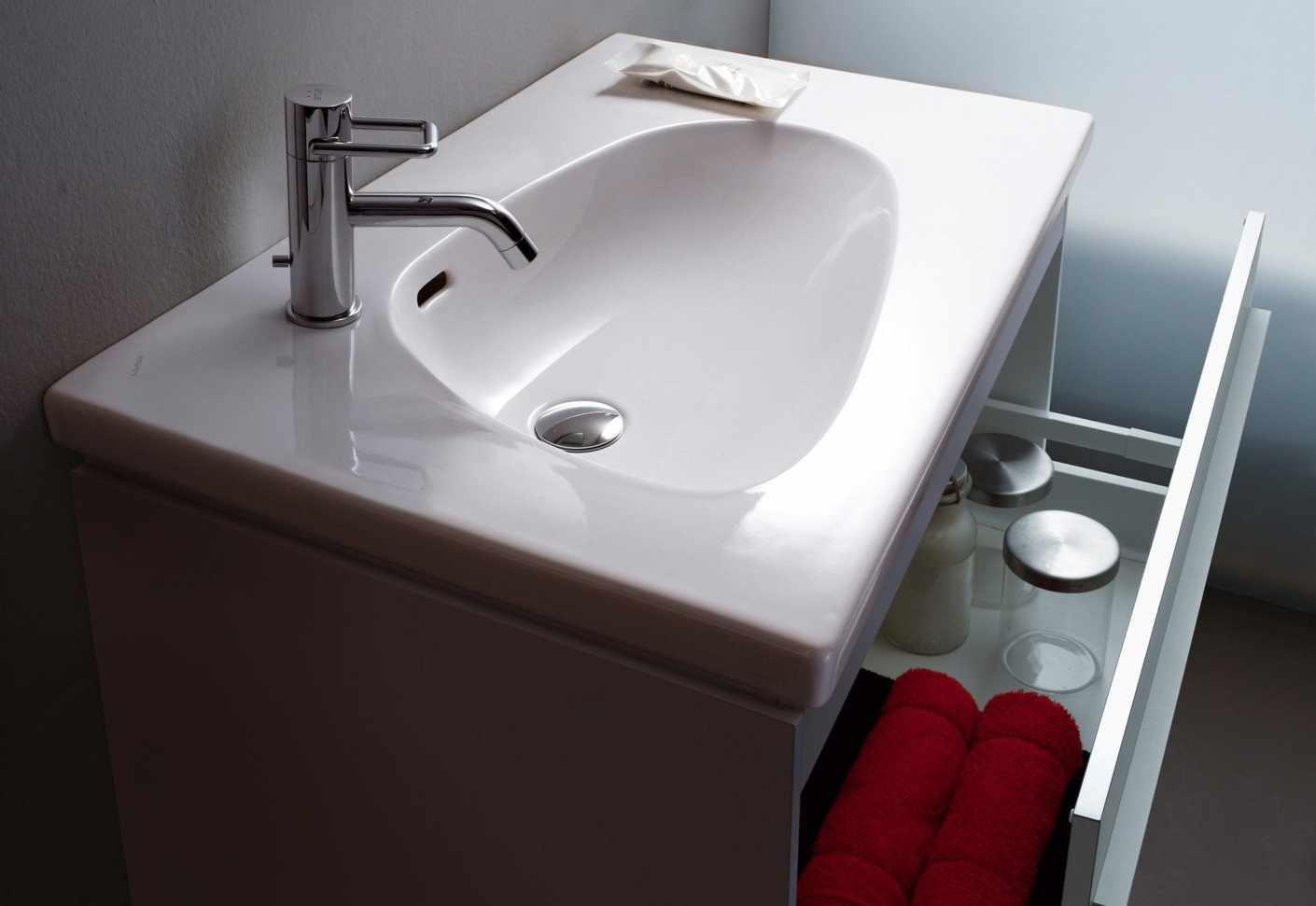 Раковина с мебелью в ванной