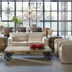 Столик на колесиках в гостиной
