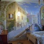 Интерьер с Венецией на стене