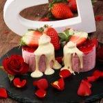 Десерт и лепестки роз
