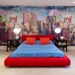 Красная кровать в светлой спальне