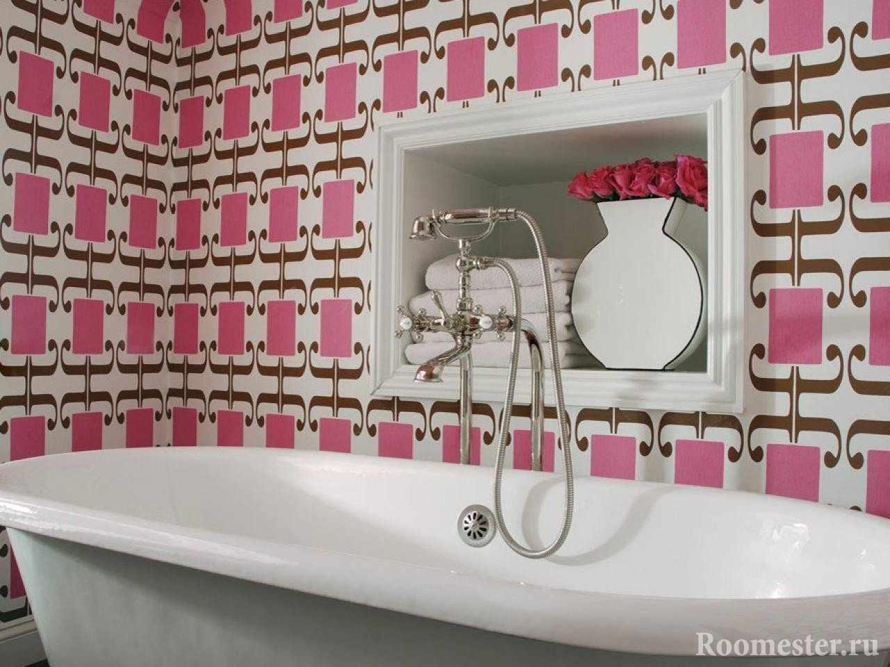 Ванная комната с отделкой стен в розовых цветах