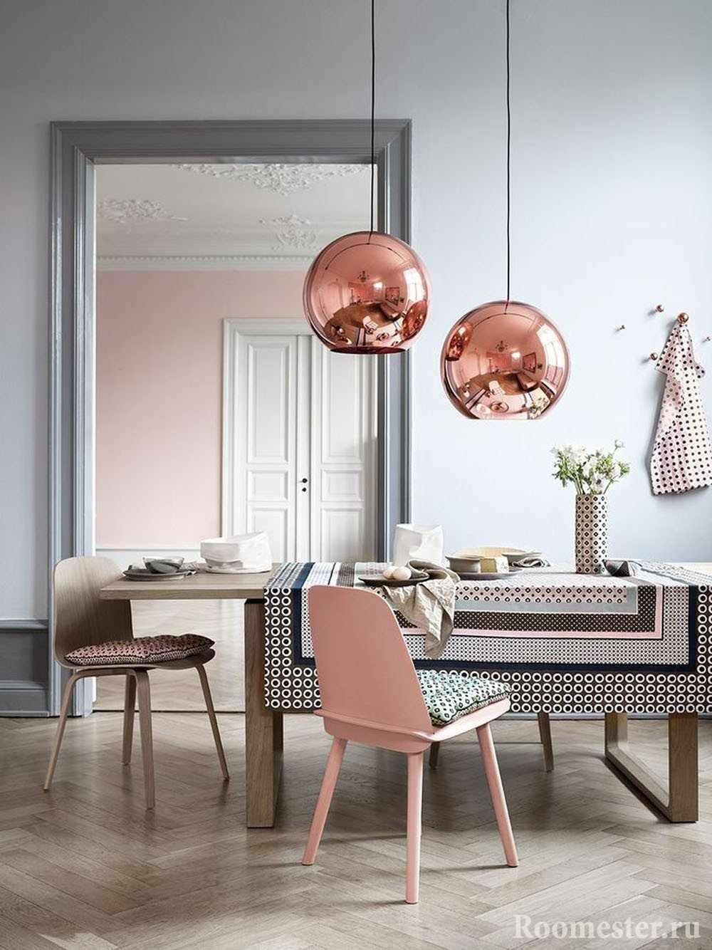 Серо-розовое сочетание в столовой