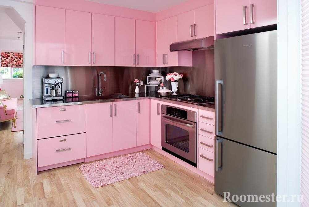 Розовые фасады кухни