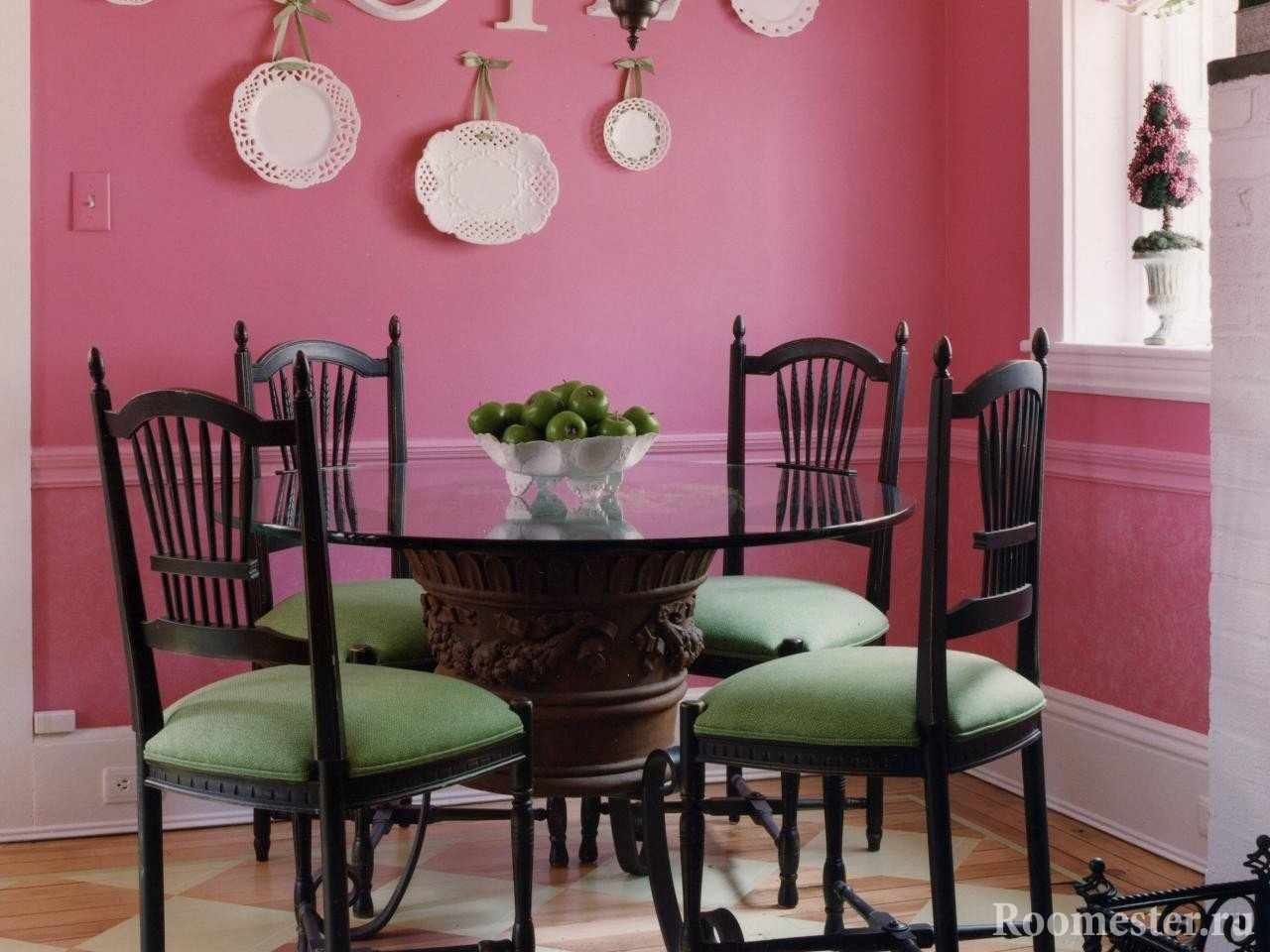 Сочетание зеленых стульев в розовой столовой