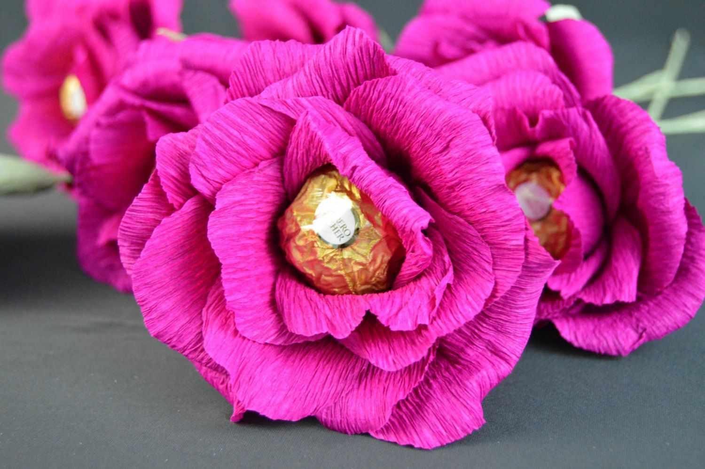 Роза из гофрокартона с конфетой