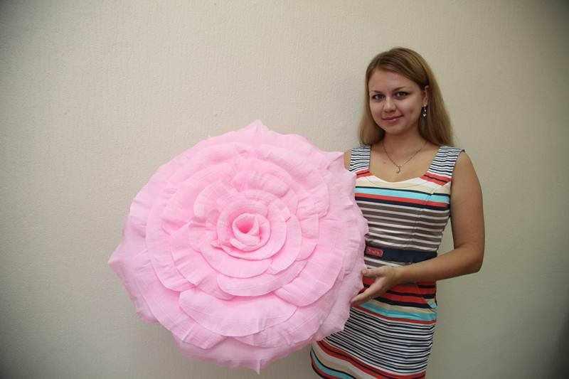 Крупная роза из гофробумаги для декора