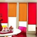 Цветные рулонные шторы в интерьере