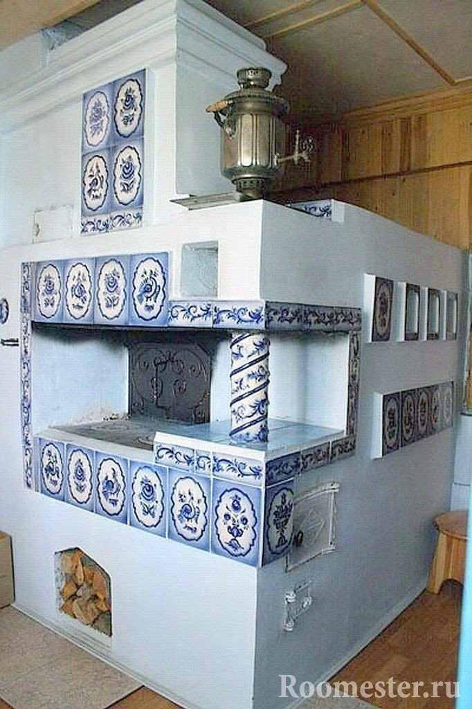 Печь украшенная плиткой и самоваром